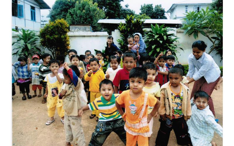 140 Kindergartenkinder in Anisakan -Schulmahlzeitenprogramm