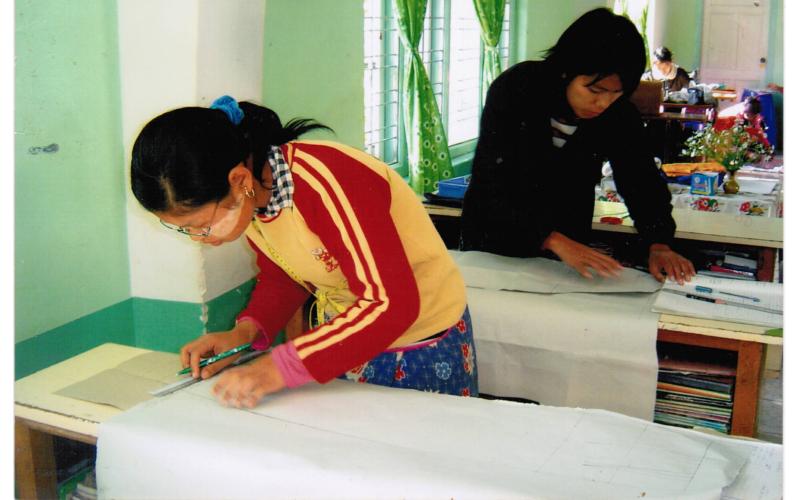 Unsere Mädchen in Anisakan Schneiderei-Unterricht